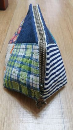 10조각 파우치 만들었는데... : 네이버 블로그 Sewing Art, Sewing Crafts, Sewing Projects, Patchwork Tutorial, Patchwork Patterns, Zipper Pouch, Cosmetic Bag, Purses And Bags, Diy And Crafts