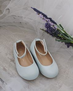 hochzeitsschuhe hellblau Light blue satin flats with velcro ankle strap for toddler girls, little girls and youth. Flower Girl Shoes, Girls Shoes, Flower Girls, Batman The Dark Knight, Glitter Shoes, Flats, Blue Satin, Blue Shoes, Ankle Strap