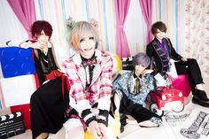 Guitaristparu, bassistyuna and drummercharlie left Smileberry on May 13th, but the band has already presented a new lineup. The new members are bassist NoA and drummer Rio (ex-GAGA). They will r…