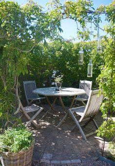 Hemma hos trädgårdsdesigner Cecilia Tidstrand i Viken! Outdoor Retreat, Outdoor Rooms, Outdoor Tables, Outdoor Gardens, Outdoor Furniture Sets, Outdoor Decor, Summer House Garden, Home And Garden, Garden Tips