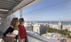 Turistas admiram a cidade do alto do Elevador do Cantagalo Foto: Mônica Imbuzeiro / Agência O Globo