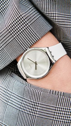 When SKIN and Irony meet, be ready to eternize every moment. The silver SKINPOLE is a slim and polished stainless steel watch, with a lustrous sun-brushed silver dial and a subtle black print - SWATCH SKINDOREE - collection: Swatch Skin Irony - Watch movement: Quartz - Watch color: White