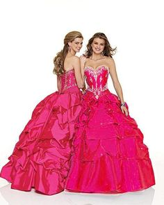 If I was graduating this year... This would be my grad dress but in blue. Soooo pretty :)