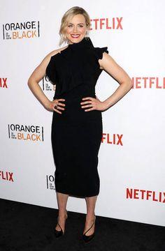 Näyttelijä Taylor Schillingin mekossa on kasarihenkeä.