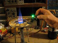 A simple copper oxide thermoelectric generator can generate hundreds of millivolts. Sixteen of them in series can generate enough voltage to light an LED. Water Wheel Generator, Diy Generator, Homemade Generator, Thermoelectric Generator, Energy Harvesting, Energy Projects, Homemade Tools, Can Lights, Energy Bars