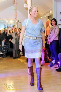 Susan im Kleid von Nice Things, Gürtel von Smitten und Tasche von Yaya