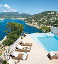 Una piscina sobre el mar Mediterráneo