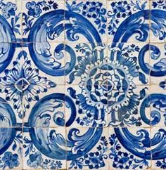 Painel de azulejos de padrão monocromático azul cobalto, do inicio do século dezoito, pertencente à igreja de Nossa Senhora da Boa Fé, num módulo de quatro por quatro azulejos. Cercadura monocromática, azul, em sucessivos filetes em que se observam folhas de acanto e motivos florais estilizados.