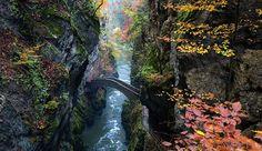 O espetacular Gorge de L'Arouse, na Suíça, atravessa um riacho em meio às montanhas