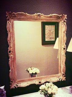 Viejo marco de fotografía convertido en un bonito espejo estiló vintage. Decapado, pintado de blanco, lijado los sobresalientes y un poco de betún de judea, se convierte en una pieza de exquisito gusto por lo clasico.