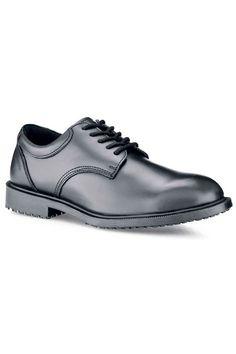 Este zapato con cordones de la reconocida marca Shoes For Crews está hecho de piel genuina de alta calidad. Es un zapato resistente al agua y aceites y duradero al estar reforzado con costuras. La suela externa de goma patentada SFC Mighty Grip es antideslizante y antiestática, y absorbe perfectamente los golpes. Posee plantillas acolchonadas extraíbles antibacterianas.  #MasUniformes #RopaLaboral #UniformesDeTrabajo #VestuarioOnline #Zapatos #CalzadoLaboral
