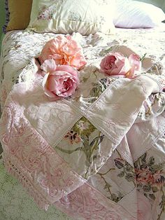 shabby chic quilt using vintage fabrics. Cottage Shabby Chic, Shabby Chic Vintage, Shabby Chic Bedrooms, Rose Cottage, Shabby Chic Homes, Cottage Style, Shabby Chic Quilts, Romantic Bedrooms, Romantic Cottage