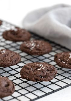 Delicious, chewy, salted chocolate cookies, flavoured with both cocoa and chopped chocolate. Topped with a sprinkling of flaky salt. No Cook Desserts, Cookie Desserts, Cupcake Cookies, Cookie Bars, Cookie Recipes, Cupcakes, Double Chocolate Cookies, Salted Chocolate, Decadent Chocolate