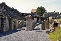 portiques et muraille bas-empire.Ruines romaines de Bagacum (Bavay). Nord-Pas-de-Calais. Le  plus imposant forum de la Gaule (près de trois hectares)