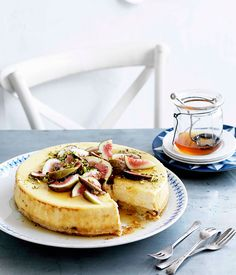 {Goat cheesecake with figs and honey.}