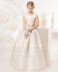 Vestido comunión con lorzas de esterilla. Disponible en color blanco y marfil.