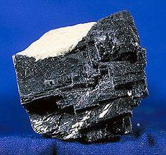 La galena es una de las principales menas del plomo. En el Antiguo Egipto se utilizaba molida como base para el kohl, un polvo cosmético empleado para proteger los ojos. También se usó en la elaboración de esmaltes para vasijas cerámicas. Los cristales de galena tuvieron importante uso en la etapa de las radios primitivas como elemento rectificador de las señales captadas por la antena; posteriormente fue reemplazado por el diodo.