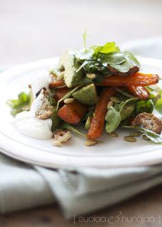 Paahdettu porkkana-avokadosalaatti
