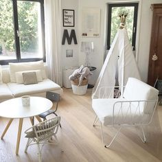 Un coin cosy pour les petits et les grands, décoration blanche, tipi pour les enfants