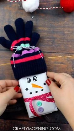 Chocolate Bar Snowmen Chocolate Bar Snowmen- adorable christmas gift idea that includes kids mittens! Fun christmas craft diy project to make for cheap gifts. The post Chocolate Bar Snowmen appeared first on DIY Crafts. Diy Gifts For Christmas, Christmas Fun, Holiday Crafts, Christmas Decorations, Rustic Christmas, Christmas Gift Boxes, Christmas Ornaments Handmade, Christmas Ribbon Crafts, Diy Snowman Decorations