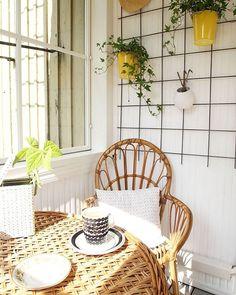 Kuppi kahvia ennen hullua urakkaa; orapihlaja-aita saa tänään kyytiä perinteisellä saksimistyylillä 💪#kahvi #coffee #coffeetime #rottinki #kuisti #sisustus #interior #myhome #instahome #inspiroivakoti #rintamamiestalo #oldhouse #interiorstyling #homedecor #homestyling #plant #rattan #breakfast