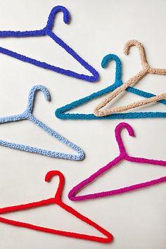 pueden aser    las pulseras de hilo 1:aserle un nudo en el hilo 2:aser como una trenza    con los tres hilos  3:aserle otro nudo y listo  grasias por leer mis palabras