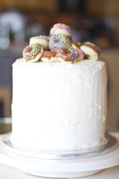 mini doughnuts on top of cake...say whaaaaaatttt?? nutella doughnut birthday cake