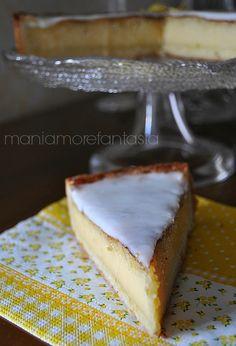 Una deliziosa torta al limone, un guscio di pasta frolla cotto insieme alla crema al limone, resa più golosa da una fantastica glassa al limoncello.