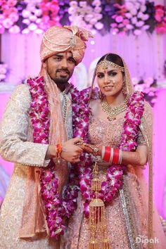 Garland / Varmala Ideas for Indian Weddings wedding garland Indian Wedding Flowers, Indian Wedding Pictures, Flower Garland Wedding, Indian Wedding Couple Photography, Telugu Wedding, Indian Wedding Ceremony, Wedding Photography Inspiration, Indian Bridal, Indian Weddings
