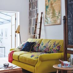 best sofa colors for living room Retro Living Rooms, Colourful Living Room, Simple Living Room, Floral Sofa, Floral Furniture, Interior Rugs, Interior Exterior, Interior Ideas, Interior Design