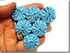 Confira as dicas de como costurar um fuxico no outro e assim montar as suas peças. Leia também as dicas de artesãs para peças mais pesadas.