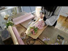케이라플레르(Keira Fleur) 한송이 꽃다발 포장법, 플로리스트, 플라워레슨, 플라워클래스 - YouTube Flower Shop Design, Floral Design, Table Flowers, Paper Flowers, Gift Wrapping Tutorial, Bouquet Wrap, How To Wrap Flowers, Chocolate Bouquet, Arte Floral