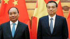 Chinese Premier Li Keqiang (R) and Vietnamese Prime Minister Nguyen Xuan Phuc…