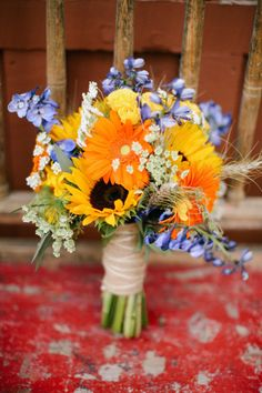 style me pretty - summer bouquet with sunflowers