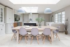 An open plan kitchen works so well when you've got friends or family coming over for Sunday lunch and we love this one in a beautiful… Open Plan Kitchen Dining Living, Kitchen Diner Extension, Open Plan Kitchen Diner, Open Plan Living, Contemporary Open Plan Kitchens, Small Open Plan Kitchens, Kitchen Family Rooms, Living Room Kitchen, Dining Rooms