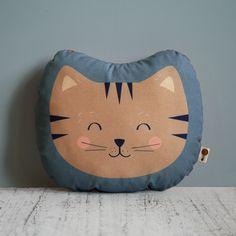 Das wunderschöne kleine Kissen aus Bio-Baumwolle ist perfekt zum Liebhaben und Kuscheln. Ob zuhause, in der Kita oder unterwegs - das kleine Katzenkissen begleitet dein Kind überall hin. Das Motiv...