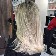 Pra começar bem a semana um cabelo top. #vincenzodifrancohair #hospitaldasloiras #hairpost #hairstylist #nofilter #byme #blond #equipetop #loirotop #cabelotop #instablond #instahair #loiras #luzes #mechas #ombrehair #ombre #loiroplatinado #platinado #perola
