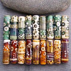 Wunderschöne Rohr-Auswahl als Mix & Match. Kaufen Sie so viele wie Sie möchten oder als Paar. Perlen sind einzeln erhältlich für diejenigen unter Ihnen, die als Focals verwenden, oder benötigen Sie mehrere Perlen für eine Halskette, wählen Sie die Perlen, die Ihnen am besten gefällt! Angebot gilt für eine Perle auf dem ersten Foto. Das andere Foto zeigt die Partie. Größe ca.: Röhren 30mm lang, 9mm Durchmesser, Bohrung Größe 2,5 mm.   Bitte hinterlassen Sie eine Notiz an den Verkäufer beim…