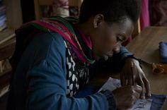 Dative, travaille à l'atelier depuis 3 ans maintenant. Elle est responsable des dessins sur tissu avant la broderie. Son poste est important car de ses dessins dépendent la justesse de la broderie.