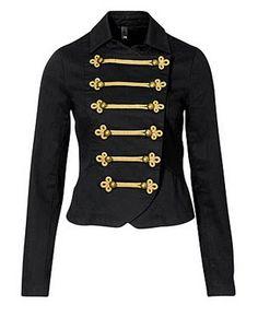 O dourado nos acessórios é mega bem vindo: lembre-se que os uniformes militares costumam ter broches, pins, medalhas e abotoaduras douradas, demonstrando imponência.