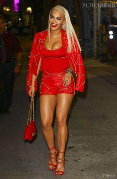 Rita Ora ose le total look en cuir rouge.
