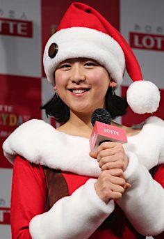 フィギュアスケート女子の浅田真央さんが「ロッテ クリスマス・チョコツリー」点灯式に、サンタの衣装で登場。休養宣言から半年がたち「より一層、ハーフハーフの思いが強くなってしまった」=18日、東京都内【時事通信社】 (309×450)