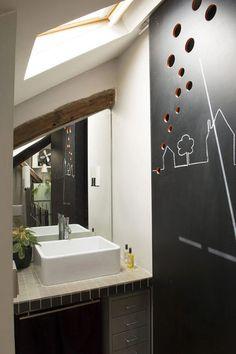 Des cloisons ardoise pour une petite salle de bains esthétique