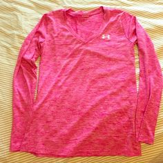 Underarmour long sleeve top Very comfortable . Perfect for the gym Under Armour Tops Muscle Tees