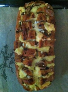 Saulecker! Gefülltes Brot als Beilage auf Partys, Geburtstage und zur Grillfeier! Macht süchtig :))  Nimm ein Weiß-oder Ciabatta Brot und schneide es oben erst längs ein, dann quer. Lege Käse…