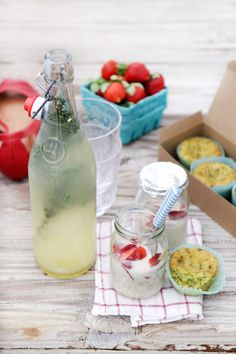 Para un paseo por la playa, yogures con frutos rojos y fresas, y una limonada casera con pastelitos del día.
