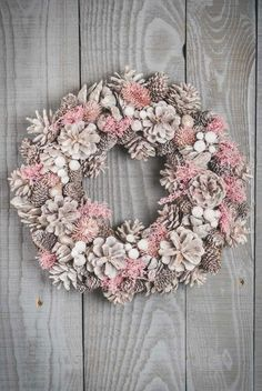 Kranssit Pine Cone Art, Pine Cone Crafts, Wreath Crafts, Diy Wreath, Pine Cones, Christmas Crafts, Noel Christmas, Pink Christmas, Christmas Wreaths