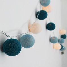 Guirnalda de luces con 25 esferas de hilo artesanal de 6 cm de diámetro aprox por copo. Mide 3,15cm de largo. Luces de led cálidas con 1 función de iluminación. Interruptor encendido / apagado. Caja para 3 pilas AA (No incluye pilas, no se enchufa) Se entregan en caja de cartón. Podes consultarnos por modelos personalizados u otros colores.                                                              ...