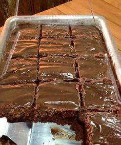 Bolo de chocolate mesmo simples, é irresistível e delicioso. Aprenda a fazer essa receita de bolo de chocolate molhadinho ao leite condensado. Sweet Recipes, Cake Recipes, Dessert Recipes, Food Cakes, Food Cravings, Love Food, Bakery, Food Porn, Food And Drink