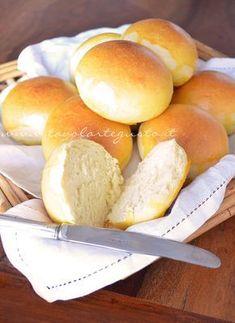 Panini al latte Panini Bread, Focaccia Pizza, Biscotti, Pain Au Levain, Brioche Recipe, Italian Pastries, I Love Pizza, Sweet Dough, Snacks